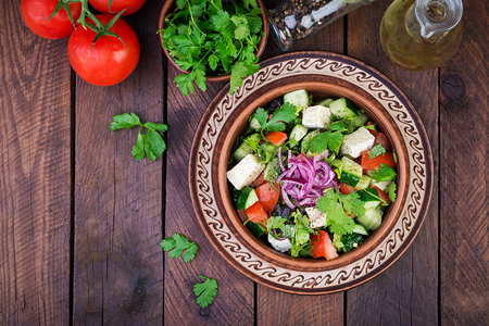 Photo pour Vegetarian salad with cherry tomato, brie cheese, cucumber, cilantro and red onion. American cuisine. Top view. Flat lay - image libre de droit