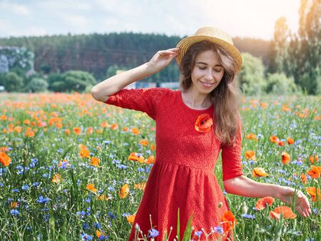 Photo pour Lovely young romantic woman in straw hat on poppy flower field posing on background summer. Wearing straw hat. Soft colors - image libre de droit