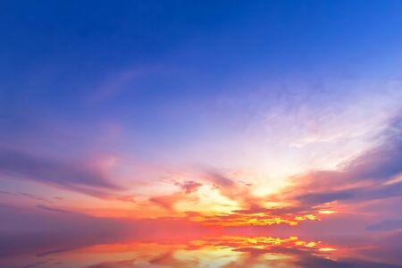 Photo pour Beautiful fluffy clouds with evening sunset background. - image libre de droit