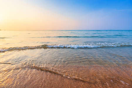 Photo pour Beautiful early sunset over and Wave of the sea on the sand beach the horizon Summer time at hat sai kaew beach in Chanthaburi Thailand. - image libre de droit