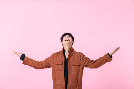 Photo pour Asian a man handsome young makes scale with arms feels happy and confident in love isolated on pink blank copy space studio background. - image libre de droit