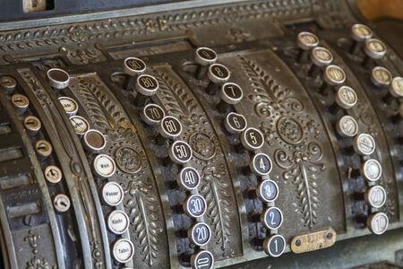 Alte Registrierkasse, wie sie vor Jahrzehten in alten Tante Emmal?den benutzt wurden