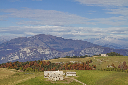 Das Landschaftsbild des Naturparks Lessinische Berge wird von von Wiesen, WÀldern, vielen AlmhÌtten und idyllischen kleinen Seen geprÀgt