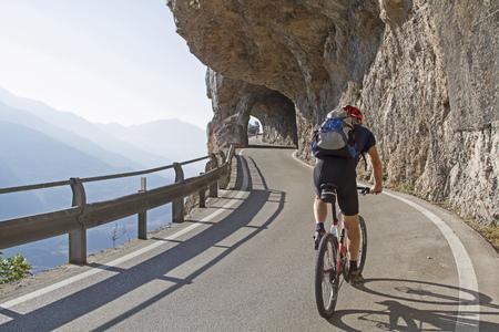 Die Bergstraße zwischen Vezzano und Ranzo nordlich von Sarche wurde kÌhn durch eine ausgesetzte Felswand angelegt