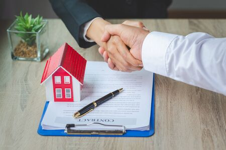 Photo pour Estate agent shaking hands with customer after contract signature, Business Signing a Contract Buy - sell house, Home for rent concept. - image libre de droit