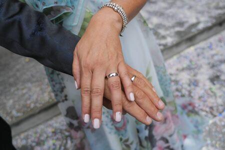 Foto de groom and bride with wedding rings nails hands - Imagen libre de derechos