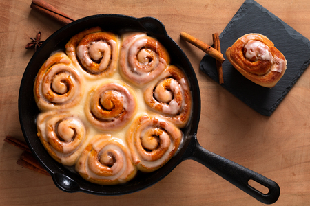 Photo pour Food concept fresh baked homemade Cinnamon rolls in skillet cast iron pan with copy space - image libre de droit