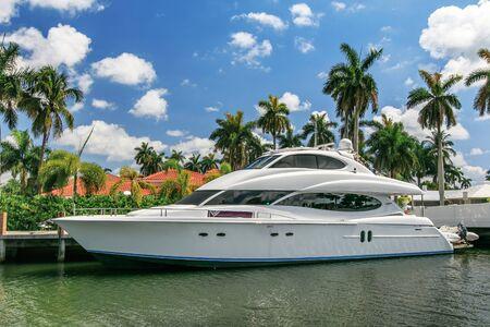 Photo pour Fort Lauderdale, FL, 5/17/2019: Private luxury yacht is docked at a private home on Las Olas Boulevard. - image libre de droit