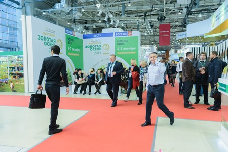 Photo pour Moscow, Russia, Expocenter VDNH - OCTOBER 4-7, 2017: Russian agro-industrial exhibition Golden autumn. Business stand manufacturers agricultural products- high activity of the visitors trade show - image libre de droit