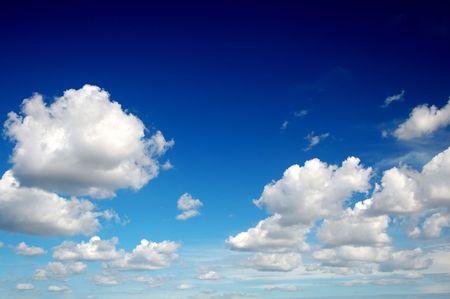 Photo pour Blue sky with cotton like clouds - image libre de droit