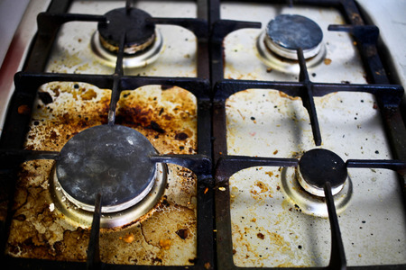 Photo pour Dirty filthy gas stove in kitchen - image libre de droit