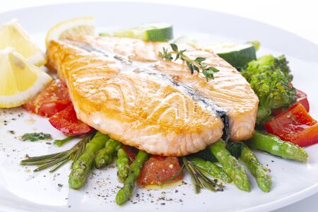 Photo pour Grilled salmon steak butterfly with vegetables and asparagus on a white plate - image libre de droit