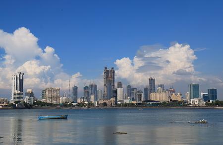 Photo pour Mumbai Bombay downtown skyscraper cityscape India - image libre de droit