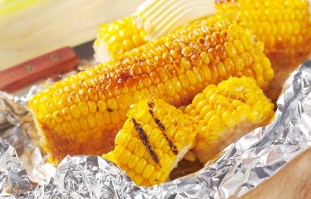 Foto für Pieces of sweet corn grilled in tin foil - Lizenzfreies Bild