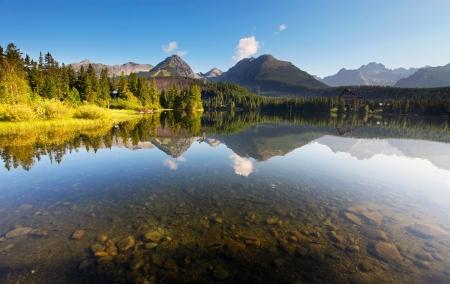 Foto de Nature mountain scene with beautiful lake in Slovakia Tatra - Strbske pleso - Imagen libre de derechos