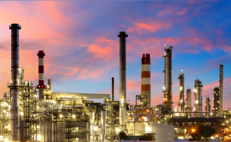Photo pour Oil and gas refinery at twilight - image libre de droit