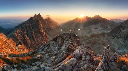 Foto de Mountain panorama with sun in Slovakia - Imagen libre de derechos