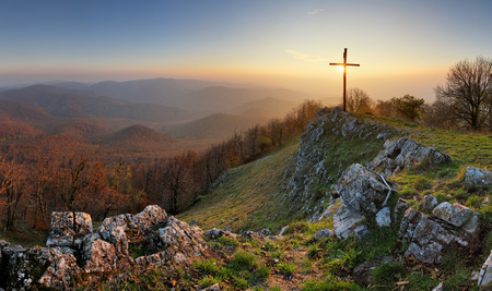 Photo pour Autumn mountain panorama in Small Karpaty with cross - image libre de droit