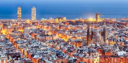 Photo pour Panorama of Barcelona at dawn - image libre de droit