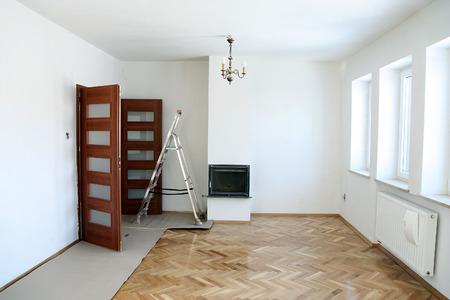 Photo pour Painting of an empty room. Renovation house - image libre de droit