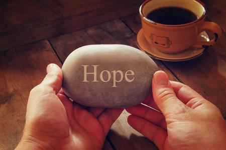 Photo pour hands holding pebble stone with the word hope - image libre de droit