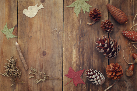 Foto de Top view of pine cones on rustic wooden background. - Imagen libre de derechos