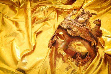 Photo pour Photo of elegant and delicate Venetian mask over gold silk background - image libre de droit