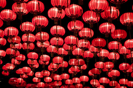 Photo pour Chinese red lanterns hanging  in street at night during the Chinese New Year - image libre de droit