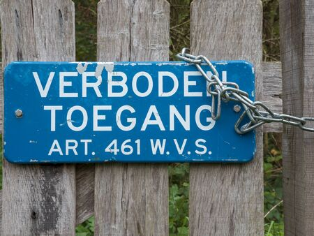 Sign with the Dutch text 'verboden toegang' ('prohibited entry') and the reference to the article in the law.