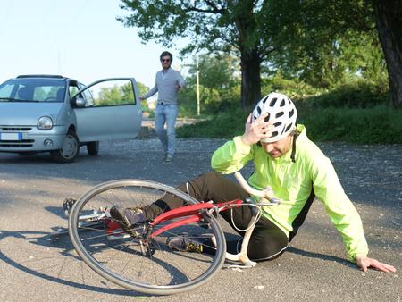 Photo pour aching man after bicycle accident on the asphalt - image libre de droit