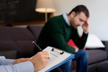 Photo pour Man with mental health problem in the psychiatrist studio - image libre de droit