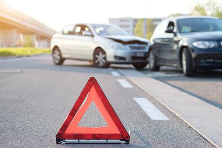 Photo pour Reflective red triangle to point out a car crash - image libre de droit