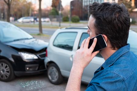 Photo pour Man calling roadside service after car crash - image libre de droit