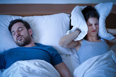 Photo pour Man snoring in the bed because of night apnoea sleep disorder - image libre de droit