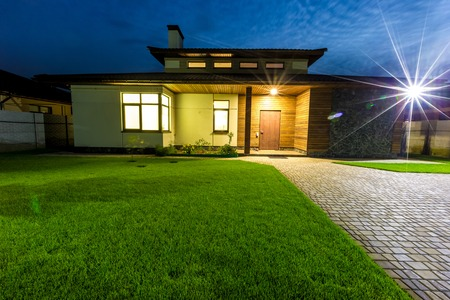 Photo pour Detached luxury house at night - view from outside front entrance. Architecture modern design, beautiful house, night scene - image libre de droit