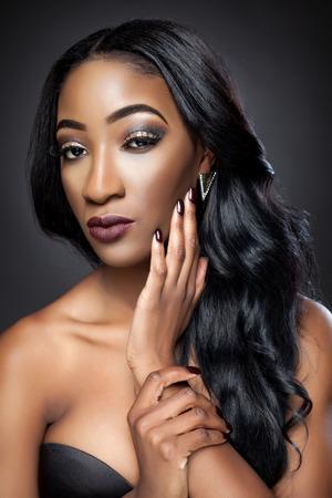 Photo pour Black beautiful woman with luxurious curly hair - image libre de droit
