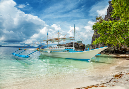 Photo pour Traditional boat used for island hopping in El Nido, Philippines - image libre de droit