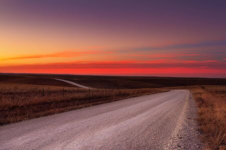 Photo pour Country horizon skyline down a long deserted country road - image libre de droit