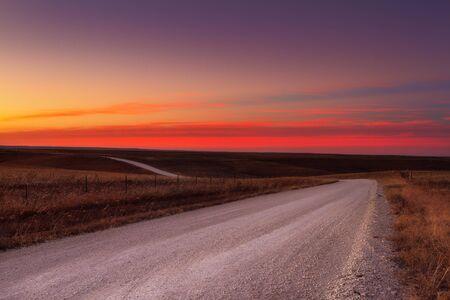 Photo pour Country horizon skyline down a long deserted country road - image libre de droit