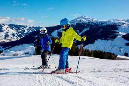 Photo pour Family, skiing in winter ski resort on a sunny day, enjoying scenery landscape - image libre de droit