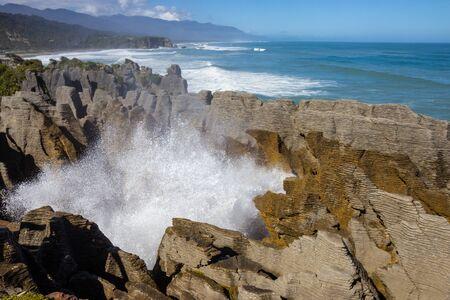 Photo pour Punakaiki Pancake Rocks and Blowholes Walk, Paproa, South island, New Zealand - image libre de droit