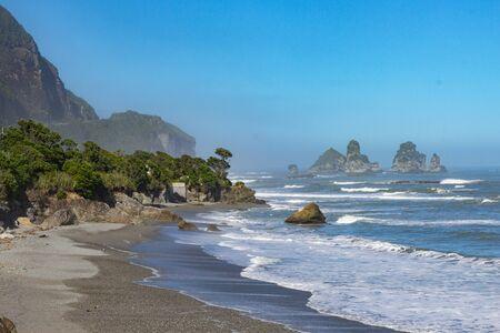 Photo pour Coastal line on West Coast of South Island, New Zealand - image libre de droit