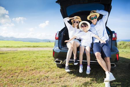 Photo pour happy family enjoying road trip and summer vacation - image libre de droit