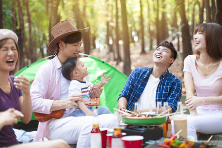 Photo pour happy young friends group enjoying picnic party and camping - image libre de droit