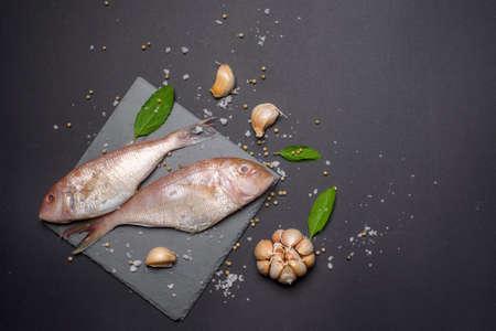 Photo pour Fresh sea fish flat lay copy space on black background - image libre de droit