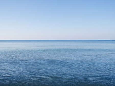 Photo pour Beautiful blue ocean and clear sky background - image libre de droit