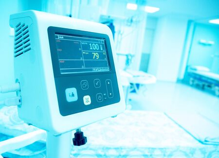 Photo pour Blurry image : Bedside automatic blood pressure monitor and automatic patient monitor in hospital emergency room - image libre de droit