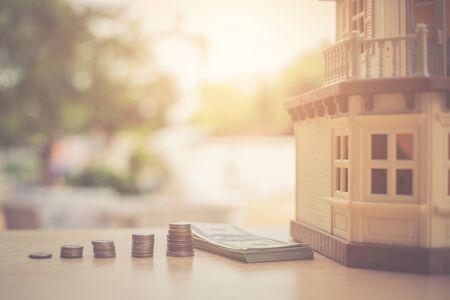 Photo pour Collect money to buy a house - image libre de droit