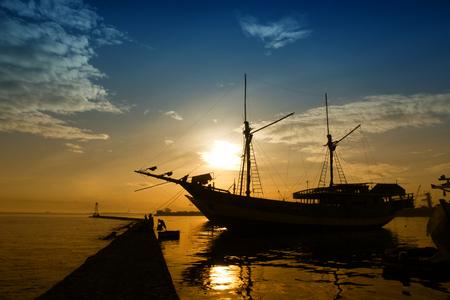 Foto de silhouette Phinisi ship - Traditional wooden sailing ships at Paotere Harbor - Imagen libre de derechos