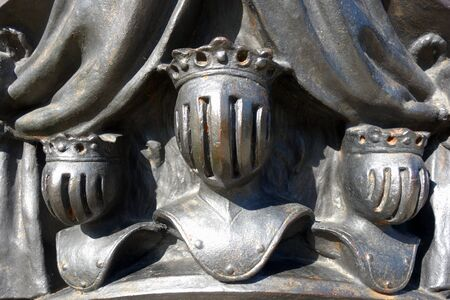 Photo pour Cast steel sculpture with three heads of kings in military armor - image libre de droit